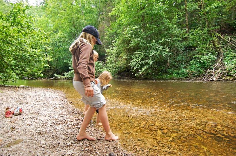 Kinder spielen am Fluss