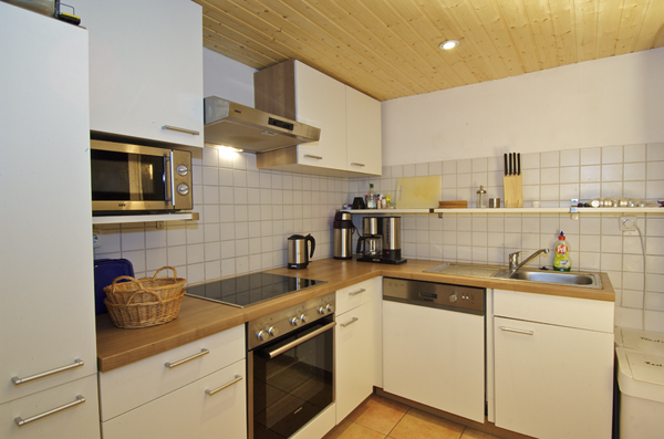 Ferienhaus Dachsbau Kellenhusen, Blick in die Küche, Schleswig-Holsteinische Landesforsten