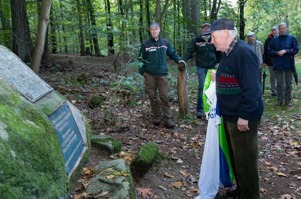 Ehrengast Günter Hauberg, Sohn des ersten Haumeisters im Lärchenwald, enthüllt die Gedenktafel