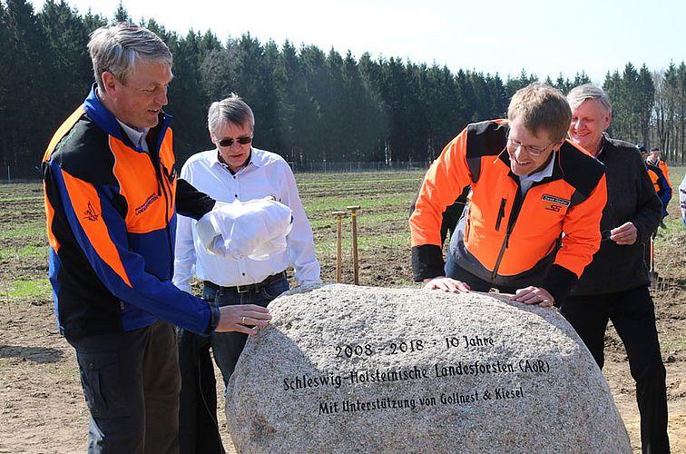 Tim Scherer (Direktor der Landesforsten), Fritz Rüdiger Kiesel (Gollnest & Kiesel), Daniel Günther (Ministerpräsident), Gerhard Gollnest (Gollnest & Kiesel) – (c) Schleswig-Holsteinische Landesforsten AöR